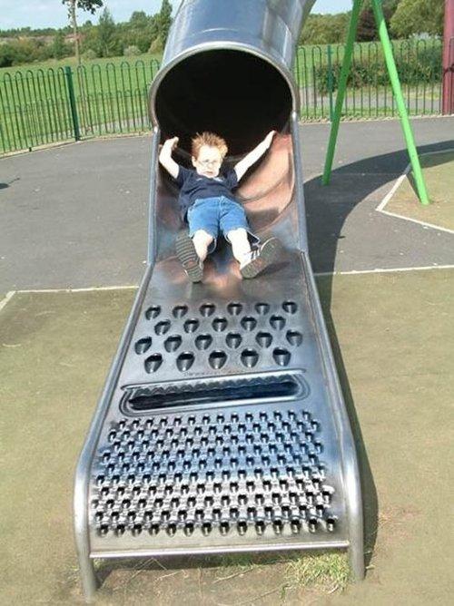 イタタ! 滑ったらとても痛そうな公園のおろし金すべり台(笑)