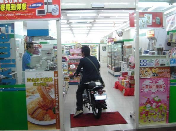 いらっしゃいませ! ファミリーマートにバイクで入店するおバカ客(笑)