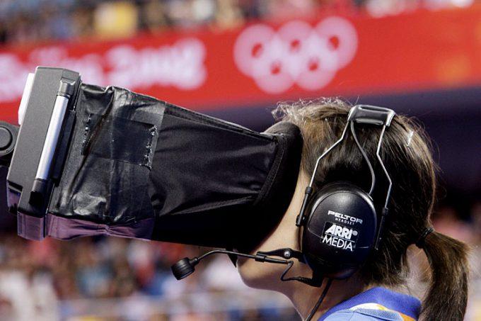 よく見える? 2008北京オリンピックで競技を撮影するARRI MEDIAカメラマンの様子(笑)