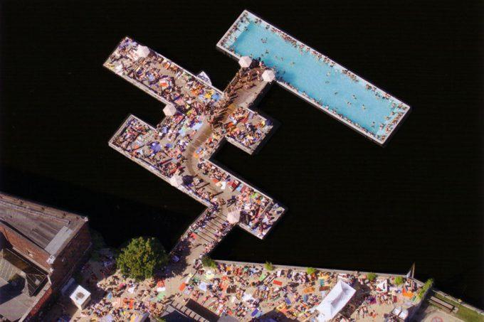 変わったプール! ドイツベルリンの船プール(Badeschiff)という発想がおもしろい(笑)