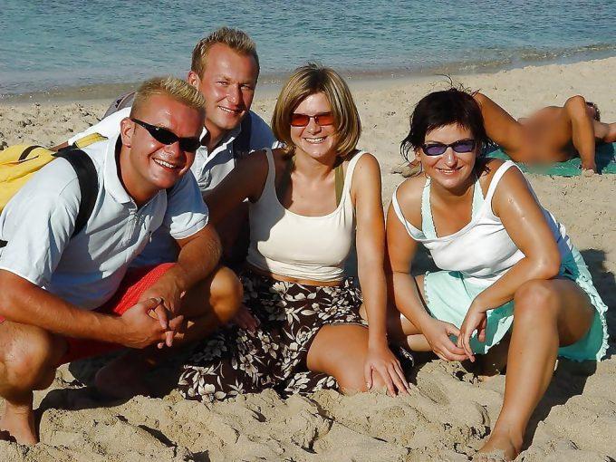 後ろ! 海辺で記念撮影をする人たちの後ろですごい格好をして寝る人(笑)