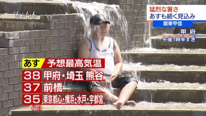【テレビで猛暑の公園水浴びおもしろ画像】修行? 猛烈な暑さのなか、公園の水浴びで滝行する少年(笑)