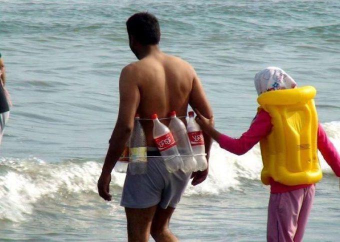 【海おもしろ画像】浮く? インドの海で空きペットボトルをライフジャケット代わりにする人(笑)