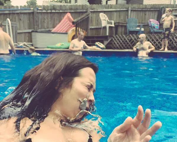 ひぃ! プールにいたカエルと一緒に撮影しようと思ったらハプニング(笑)