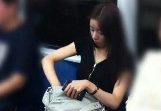 夏だから! 電車内でカバンからスイカを取り出して食べる女性(笑)