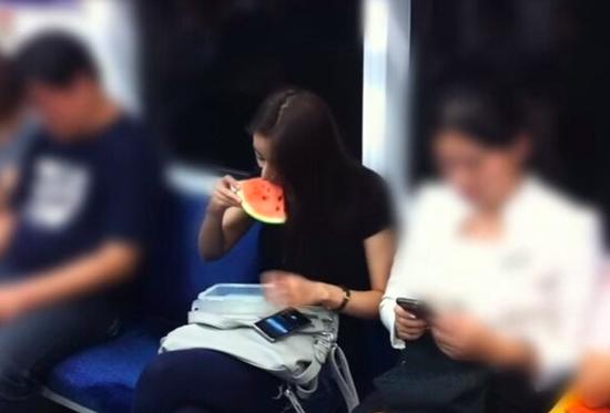 【電車でスイカを食べる人おもしろ画像】夏だから! 電車内でカバンからスイカを取り出して食べる女性(笑)