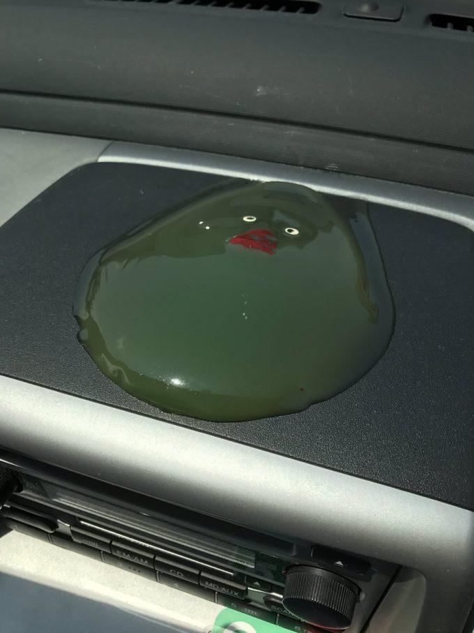 どろっ! アヒルのおもちゃを車のダッシュボードに置いておいたら暑さで溶ける(笑)