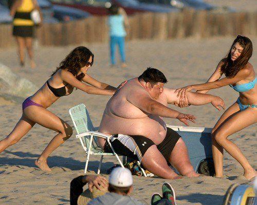 【海おもしろ画像】そんな手が! ビーチチェアに挟まった太った男性、抜けなくてとんでもない行動に(笑)