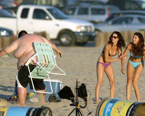 そんな手が! ビーチチェアに挟まった太った男性、抜けなくてとんでもない行動に(笑)