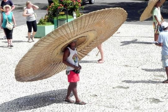大きすぎ! つばが広すぎてまるでUFOのようなサイズの麦わら帽子(笑)