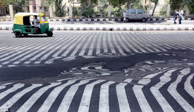 【猛暑で溶ける道路おもしろ画像】超猛暑! インドの首都ニューデリー、気温45℃でアスファルトの道路が溶けて歪む(笑)