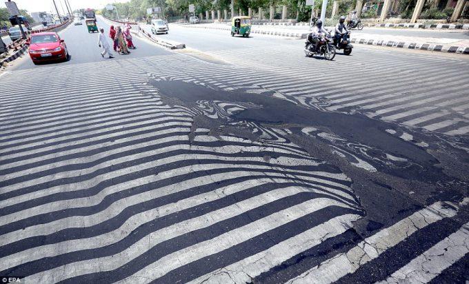 超猛暑! インドの首都ニューデリー、気温45℃でアスファルトの道路が溶けて歪む(笑)