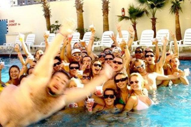【プールおもしろ画像】プールで集合写真撮ろうとしてるパリピたちに混ざりたい男性(笑)