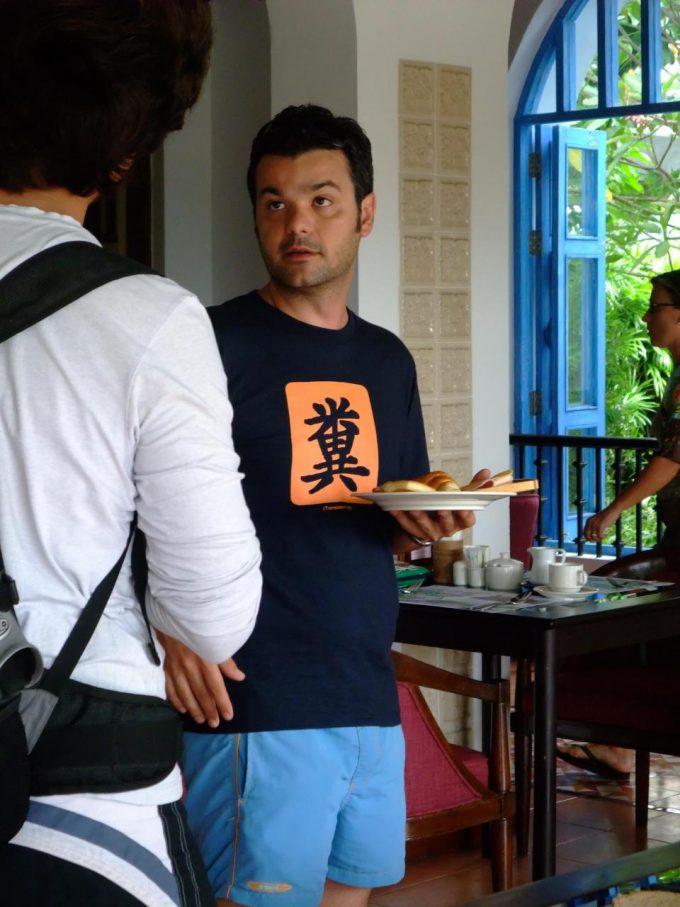 爆笑! サムイ島旅行ですごい漢字が書かれたTシャツの外国人を発見(笑)