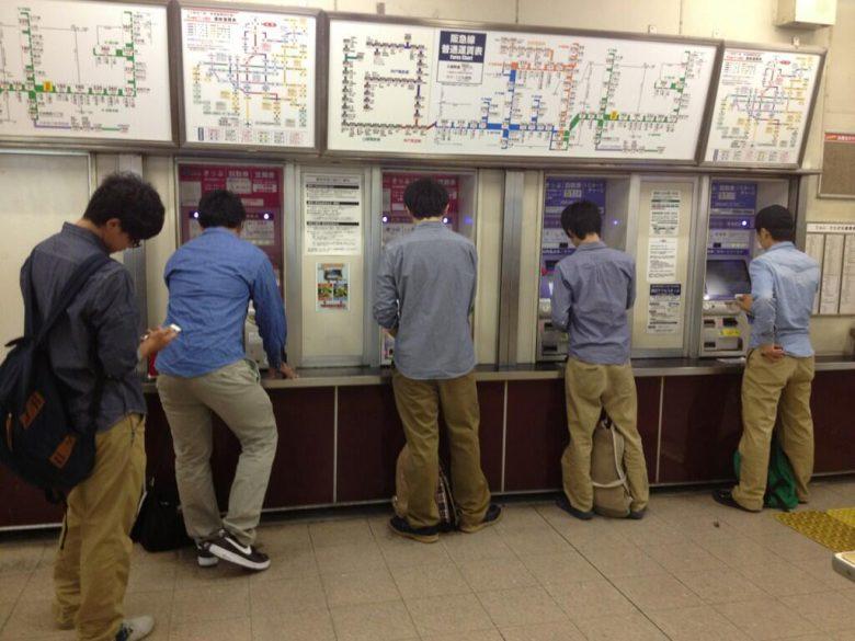 量産型男子! 駅の券売機で切符を買う男たちの似たようなファッション(笑)