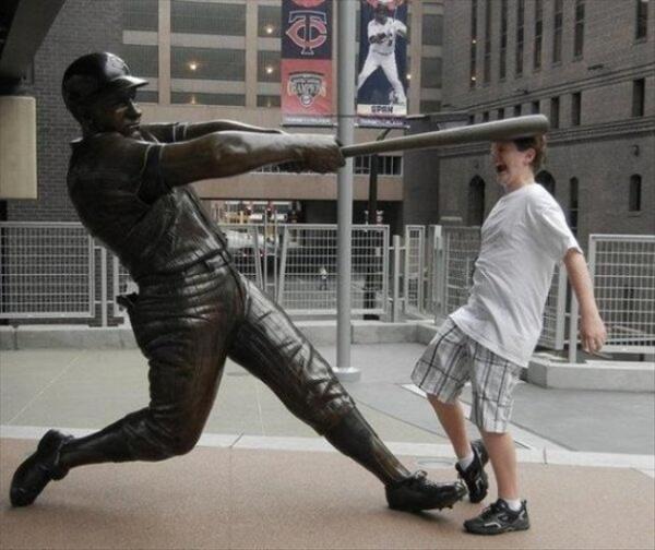 痛い! 野球選手の銅像でおもしろおかしく写真を撮る人(笑)