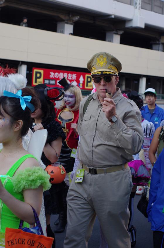 【川崎ハロウィンおもしろ仮装画像】そっくり! 2013カワハロのハロウィン・パレードで見かけたマッカーサー元帥仮装(笑)