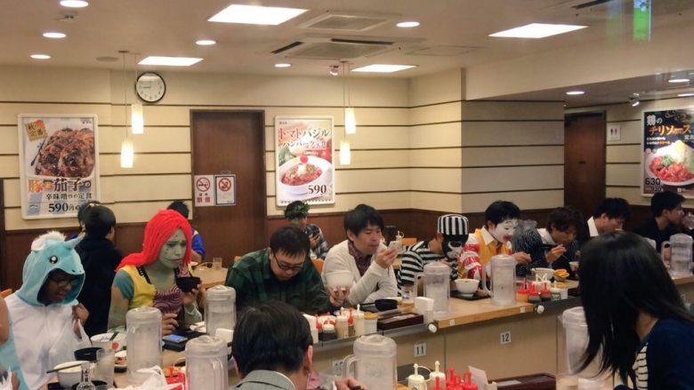 別世界! ハロウィン渋谷の松屋が仮装してる人としてない人が混じって異様すぎます(笑)