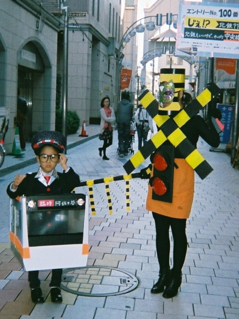 シュール! 阿佐谷パールセンターで行われた2013ハロウィン仮装コンテストのグランプリ仮装(笑)