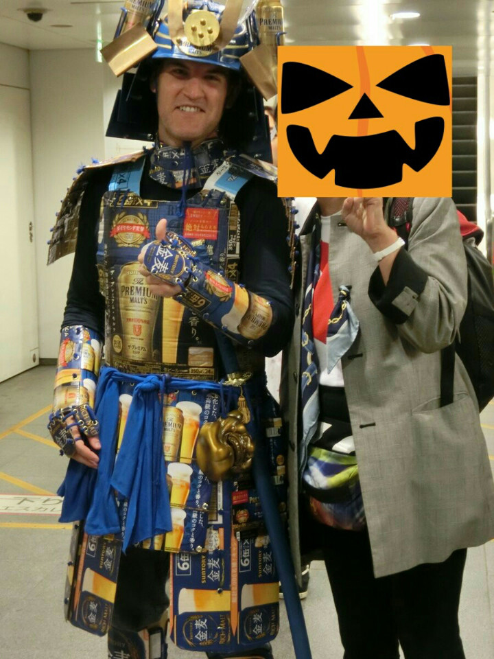 【渋谷ハロウィンおもしろ仮装画像】うまい発想! 渋ハロで見かけたビールの缶や箱で作ったビール鎧仮装がかっこいい(笑)