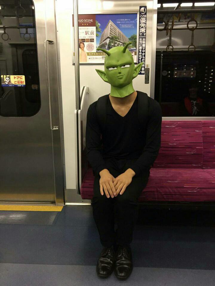 【渋谷ハロウィンおもしろ仮装画像】シュール! 渋谷ハロウィンに向かう電車内で見たドラゴンボールピッコロ仮装(笑)