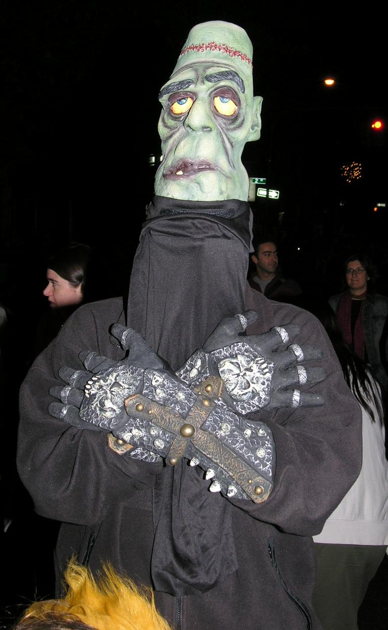 【海外ハロウィンおもしろ仮装画像】でかい! 海外のハロウィンパレードで見かけた不気味なキャラクター仮装(笑)