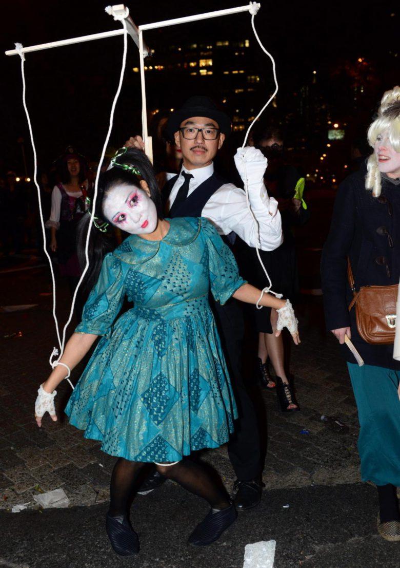 【海外ハロウィンおもしろ仮装画像】ナイスアイデア! ニューヨークハロウィンパレード2014で見かけた操り師と操り人形仮装(笑)