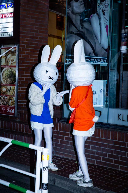 【渋谷ハロウィンおもしろ仮装画像】カップル? 渋谷ハロウィンで見かけたミッフィー仮装の発想が素晴らしい(笑)