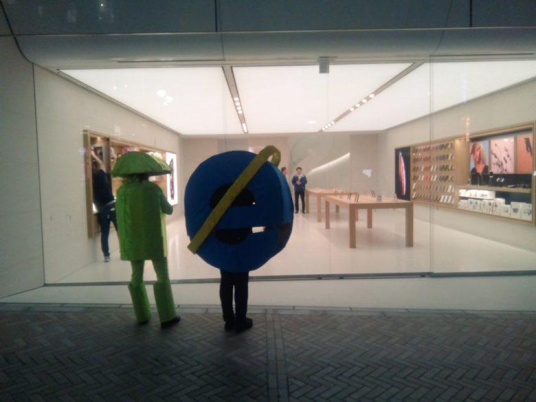 【渋谷ハロウィンおもしろ仮装画像】ちくしょう! ハロウィン渋谷にApple Store店頭を眺めるアンドロイドとIE仮装(笑)