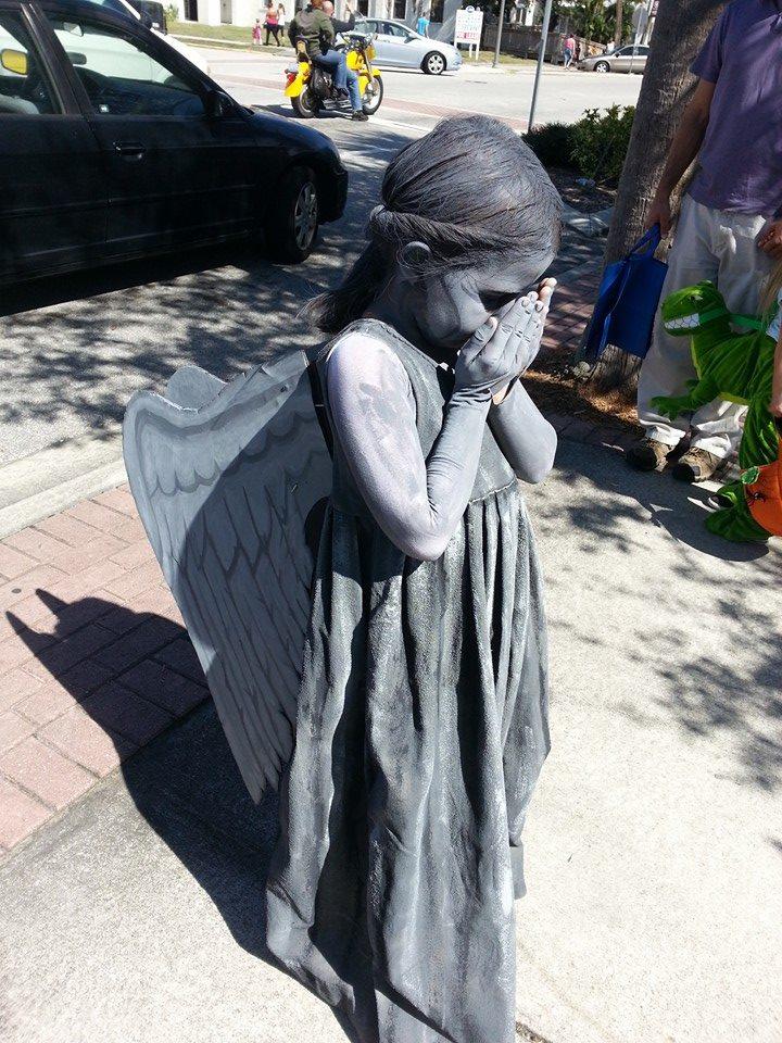 【海外ハロウィンおもしろ仮装画像】外国人女の子によるイギリステレビドラマ『ドクター・フー』嘆きの天使仮装(笑)