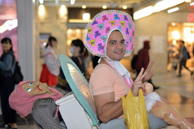バブー! 渋谷ハロウィンで見かけた外国人の意味不明な赤ちゃん仮装(笑)