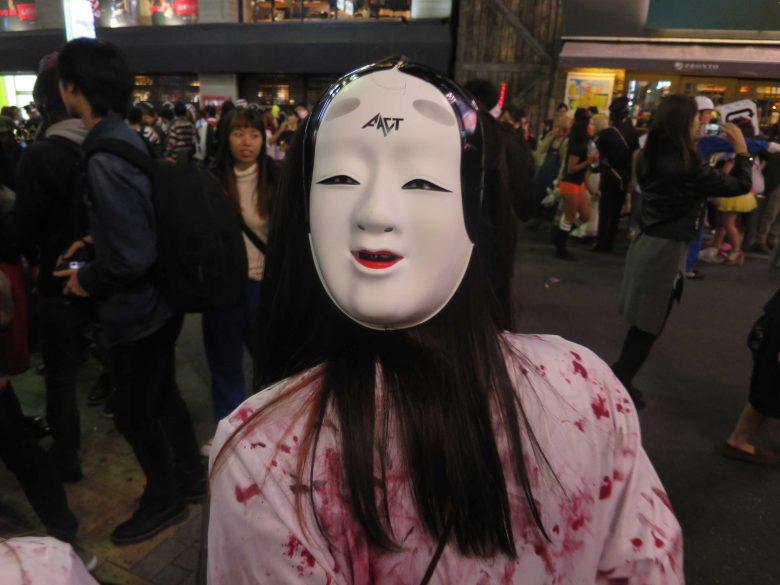 ひぃ! 血が付いた服に能面を被った渋谷ハロウィン仮装の後ろ姿が不気味(笑)