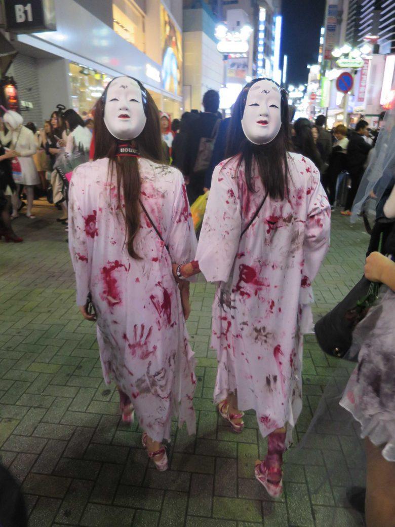 【渋谷ハロウィンおもしろ仮装画像】ひぃ! 血が付いた服に能面を被った渋谷ハロウィン仮装の後ろ姿が不気味(笑)
