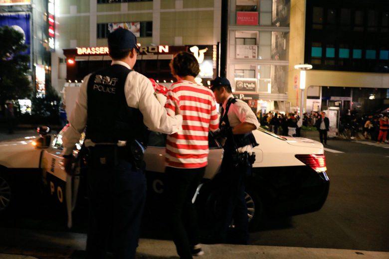 【渋谷ハロウィンの珍事件おもしろ画像】ちょっと君! 渋谷ハロウィンで警察に連行されるウォーリー(笑)
