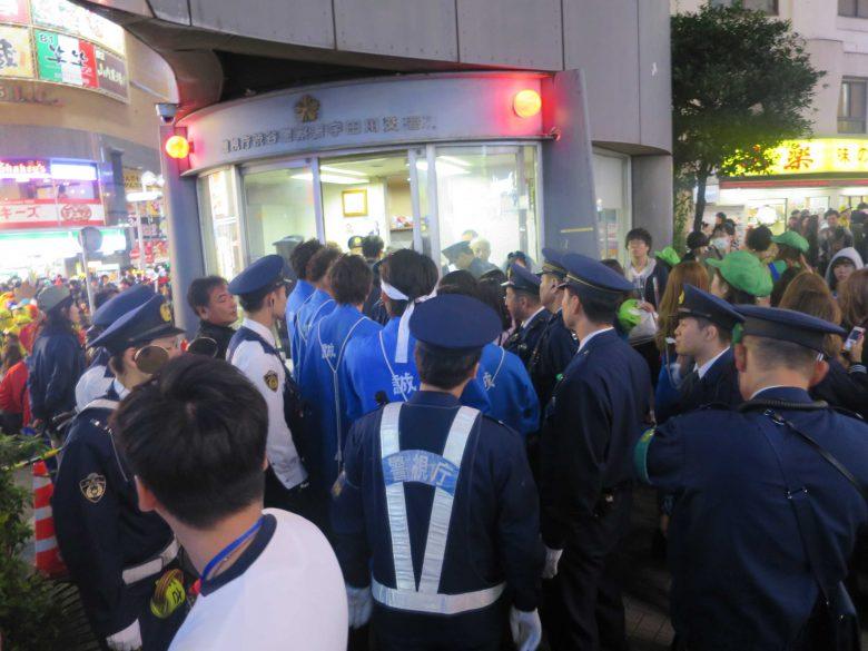 【渋谷ハロウィンのおもしろ仮装珍事件画像】渋谷ハロウィンで新選組仮装をした集団が警察に連行される(笑)