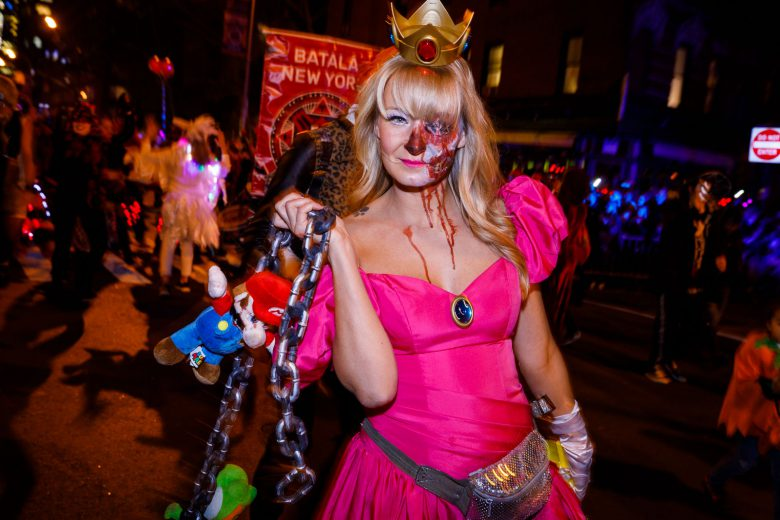 【海外ハロウィンおもしろ仮装画像】マリオー! 2017ビレッジハロウィーンパレードにいたゾンビピーチ姫仮装が怖かわいい(笑)
