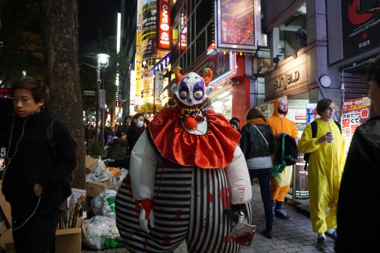 【渋谷ハロウィンおもしろ仮装画像】ひぃ! 渋谷ハロウィンで見かけた太ったピエロ仮装が怖すぎ(笑)