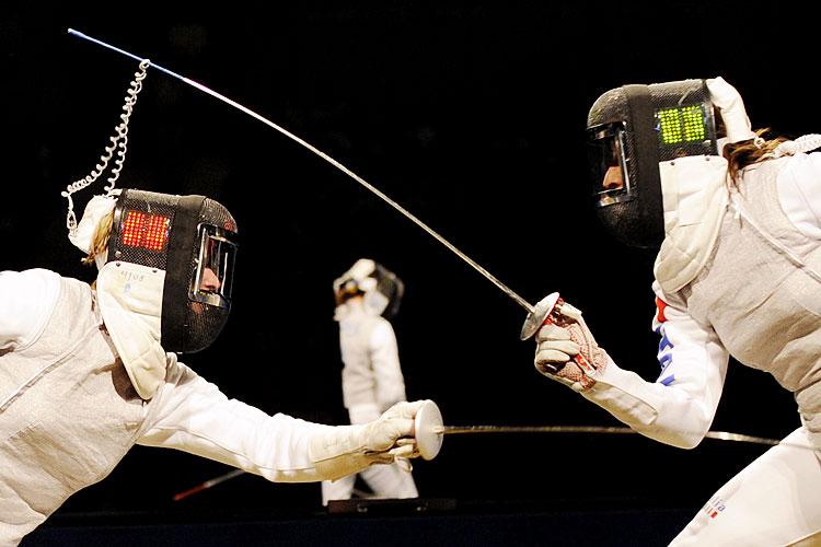 ひょい! 2008北京オリンピックフェンシングでコードを剣で持ち上げる(笑)