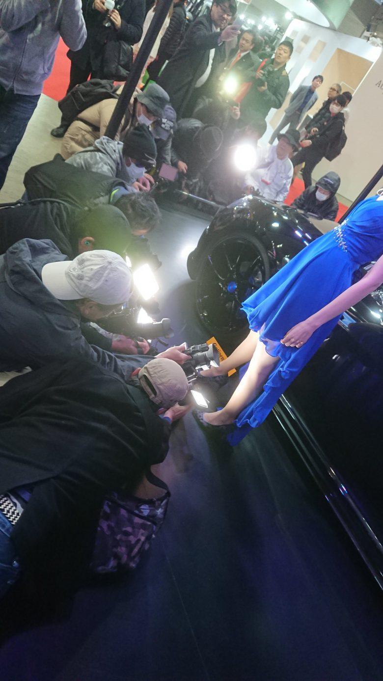 何やってるの? 東京オートサロン2019でとある部分だけを必死に撮影しようとする人たち