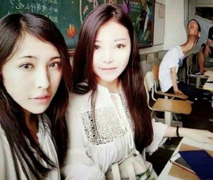 ぐにゃ~! 中国の女性、画像加工しすぎて後ろの男の子が歪んでしまう(笑)