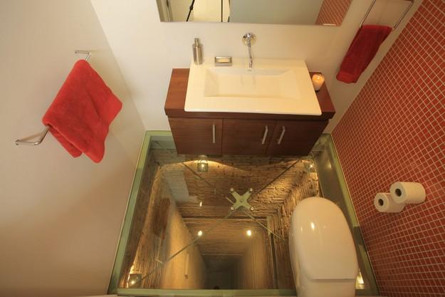 落ちる! メキシコのグアダラハラにある透明なガラス床のトイレが怖すぎます(笑)