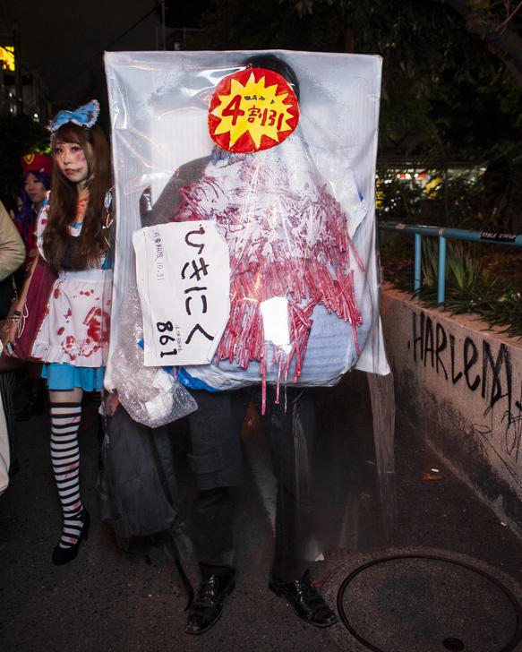 4割引! ハロウィンで見かけたスーパーのひき肉仮装(笑)