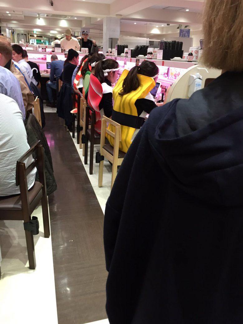 【渋谷ハロウィンおもしろ画像】共食い! ハロウィンに元気寿司渋谷店で寿司を食べる寿司仮装(笑)