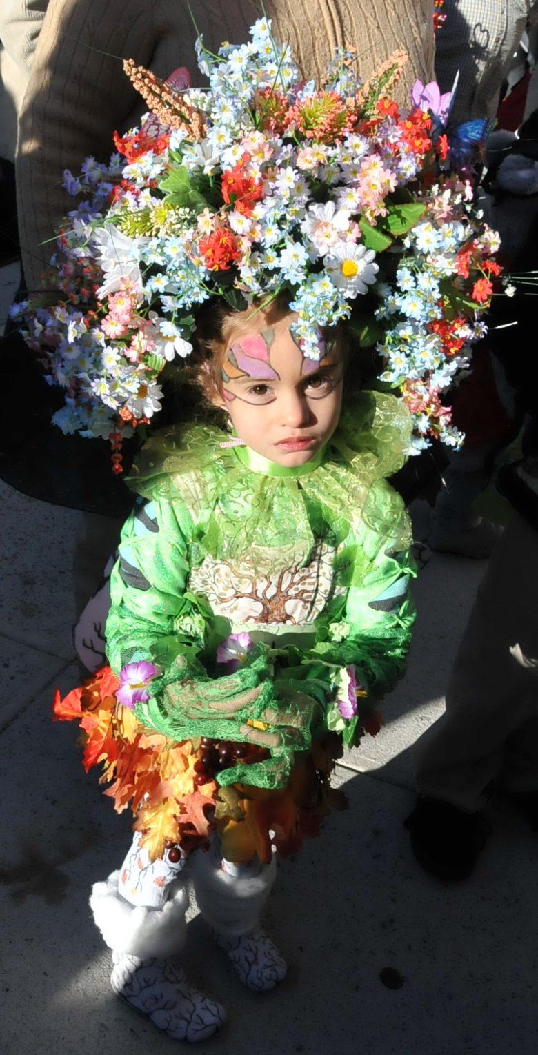 【海外ハロウィンおもしろ仮装画像】絢爛! 外国人女の子による超フラワーヘアスタイルハロウィン仮装(笑)