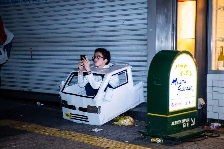 【渋谷ハロウィンおもしろ画像】2018渋谷ハロウィンで車の仮装して座り込んでるメガネの男性が寂しそう…