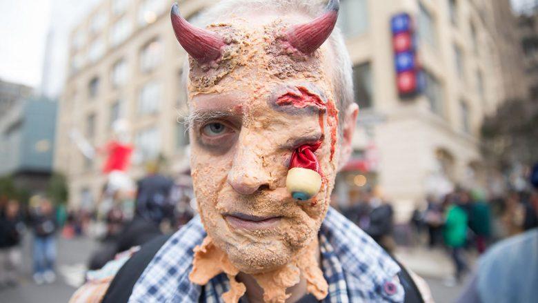 【海外ハロウィンおもしろ仮装画像】レベル高! 2014ニューヨークハロウィンパレードにいた目玉が取れかけた鬼仮装(笑)