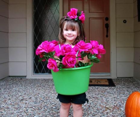 かわいい! バケツと紐と造花だけで作れるカンタン鉢植え仮装がハロウィンにぴったり(笑)
