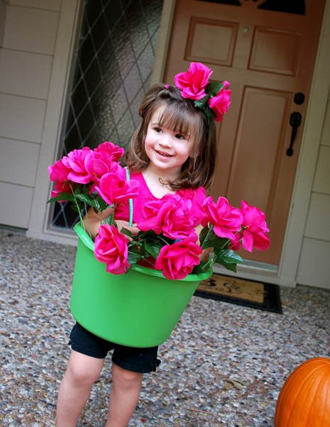 【海外ハロウィンおもしろ仮装画像】かわいい! バケツと紐と造花だけで作れるカンタン鉢植え仮装がハロウィンにぴったり(笑)