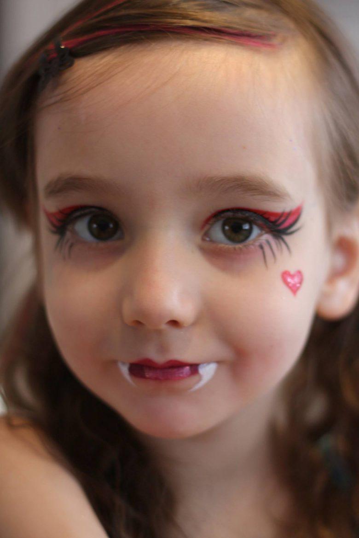【海外ハロウィンおもしろメイク画像】かわいい! 外国人女の子の八重歯が出てるドラキュラメイクがハロウィンにぴったり(笑)