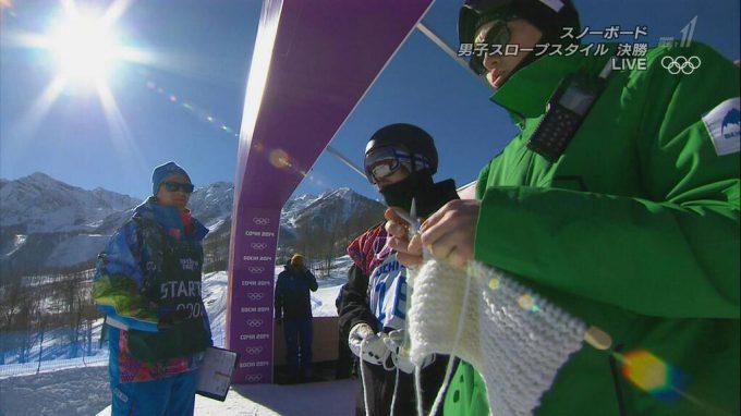 目を疑う! 2014ソチオリンピックのスノーボード決勝で編み物をする選手(笑)